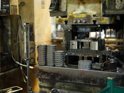 単発型プレス加工機による量産製品