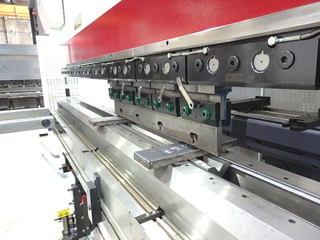 CNCによる管理のもと、常に板材の平行度を管理し、曲げ精度・繰り返し精度を担保