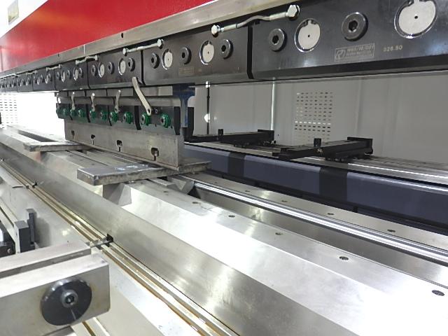 440トンの加工圧が可能で厚板の曲げ加工も可能!